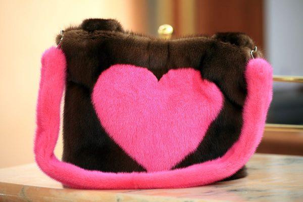 Borsa in Visone demibuff con cuore rosa flou