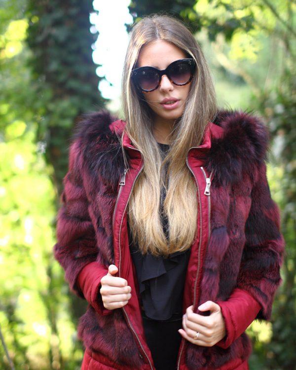 Piumino rosso con ritagli in pelliccia di volpe